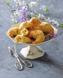 Les petits pains en croissant cuits au four de pâte feuilletée ont rempli d'amandes et d'écrous photographie stock