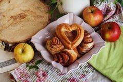 Les petits pains et le coeur de gâteaux se sont levés dans une vie immobile, village Photographie stock libre de droits