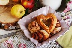 Les petits pains et le coeur de gâteaux se sont levés dans une vie immobile, village Image libre de droits