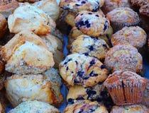 Les petits pains et les scones prennent leur endroit au marché de l'agriculteur image libre de droits
