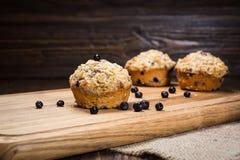 Les petits pains fraîchement cuits au four de myrtille avec une avoine s'émiettent l'écrimage sur a photo stock