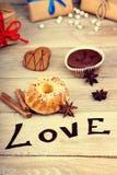 Les petits pains, le boîte-cadeau, la forme de coeur et le mot aiment Photographie stock