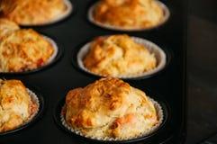 Les petits pains savoureux faits maison avec les poissons et le fromage dans une cuisson forment H Photographie stock libre de droits