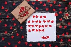 Les petits petits coeurs ornent la composition d'amour du boîte-cadeau et la saluent Images libres de droits
