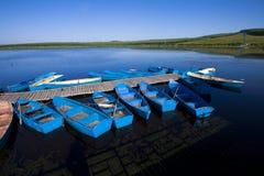 Les petits récipients ont arrangé ensemble dans un lac, en automne Image stock