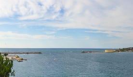 Les petits yachts flottent dessus près de la batterie de Konstantinovskaya, et d'un brise-lames avec un phare à la sortie de la b Photos stock