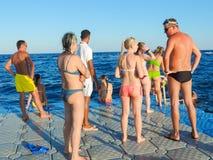 Les peuples apprécient la mer image libre de droits