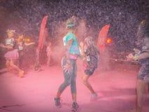 Les peuples des couleurs courent la nuit, Bucarest 2016 Photographie stock libre de droits