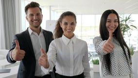 Les peuples multinationaux d'affaires montrent le geste de main comme dans le bureau blanc et spacieux, personnes de bureau avec  clips vidéos