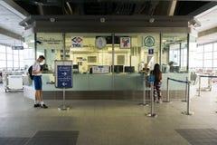 Les peuples non identifiés au skytrain Samrong de BTS prolongent la station dans s Images libres de droits