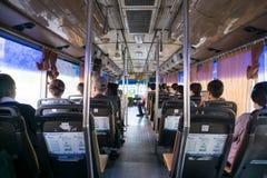 Les peuples non identifiés s'asseyent dans l'autobus conditionné par air Image stock