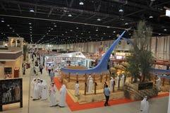 Les peuples s'approchent du centre de faucon à Abu Dhabi International Hunting et à l'exposition équestre (ADIHEX) images stock