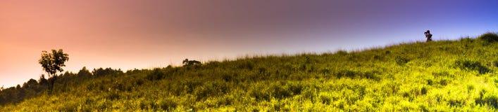 Les photographes prennent des photos sur de hautes montagnes Photos stock