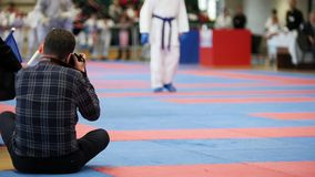 Les photographes tirent pendant les concours d'un karaté banque de vidéos