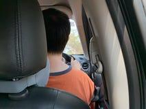 Les photos arrières des hommes conduisant à l'intérieur de la voiture photographie stock libre de droits