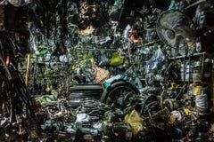 Les pièces d'auto fournissent sur un marché cambodgien Photo stock