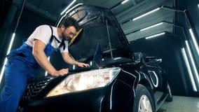 Les pièces d'une automobile obtiennent vérifiées par un technicien banque de vidéos