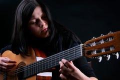 Les pièces de femelle sur la guitare Photographie stock