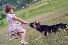 Les pièces de fille avec un chien de berger Photographie stock libre de droits
