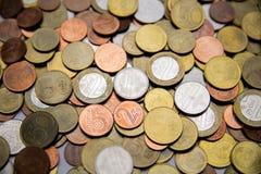 Les pièces de monnaie biélorusses sont sur la table Image libre de droits