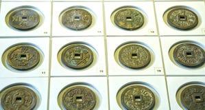 Les pièces de monnaie chinoises antiques des diverses dynasties dans le musée Image libre de droits