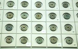 Les pièces de monnaie chinoises antiques des diverses dynasties dans le musée Photo stock