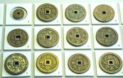 Les pièces de monnaie chinoises antiques des diverses dynasties dans le musée Photographie stock