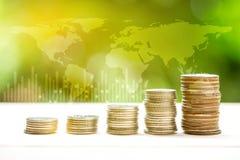Les pièces de monnaie d'argent empilent le graphique croissant avec l'abrégé sur nature de lumière du soleil photographie stock libre de droits
