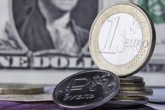 Les pièces de monnaie d'euro et de rouble contre le dollar Image libre de droits