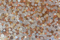 Diffusion de douzaines de pièces de monnaie de devise   Photos stock