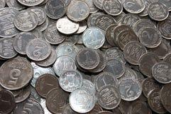 les pièces de monnaie divisent en lots vieil entier argenté Image stock