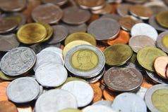 Les pièces de monnaie du fond de la Thaïlande, baht de la Thaïlande invente Image stock