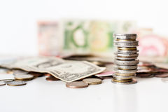 Les pièces de monnaie empilent et argent Photo libre de droits