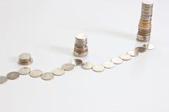 Les pièces de monnaie empilent l'augmentation dans le tableau Images stock