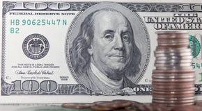 Les pièces de monnaie plus de cents billets d'un dollar se ferment vers le haut de la vue Photographie stock libre de droits
