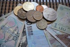 Les pièces de monnaie ukrainiennes dans les dénominations de 1 hryvnia et d'autres, se sont pliées dans une glissière Eagle et qu image stock