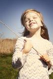 Les pièces de petite fille dans le village Photos stock