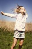 Les pièces de petite fille dans le village Photo libre de droits