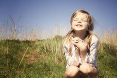 Les pièces de petite fille dans le village Photographie stock libre de droits