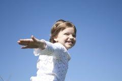 Les pièces de petite fille dans le village images libres de droits