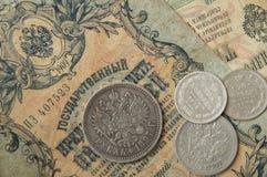 Les pièces russes et en argent antiques et les vieux temps de billets de banque de Nicolay2 Image libre de droits