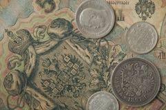 Les pièces russes et en argent antiques et les vieux temps de billets de banque de Nicolay 2 Photographie stock