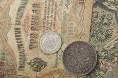 Les pièces russes et en argent antiques et les vieux temps de billets de banque de Tsa Images libres de droits