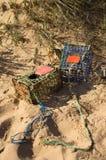 Les pièges de crabe à la plage ont effacé par la marée Photographie stock libre de droits