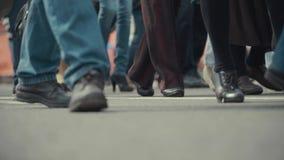 Les piétonnes de personnes marche à travers une rue occupée de ville Photos libres de droits