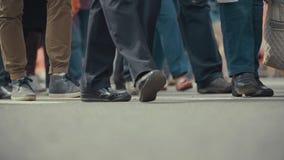 Les piétonnes de personnes marche à travers une rue occupée de ville Photo libre de droits