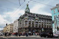 Les piétons croisent la perspective de Nevsky dans la ville de St Petersburg, Russie Photographie stock
