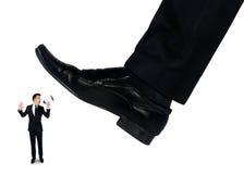 Les pieds équipent écraser peu d'homme d'affaires Image libre de droits