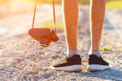 Les pieds équipent et le concept et le tourisme extérieurs de vacances de mode de vie de voyage de rétro appareil-photo de photo  photo libre de droits