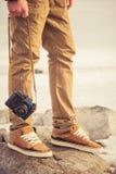 Les pieds équipent et le rétro appareil-photo de photo de vintage extérieur Photo stock